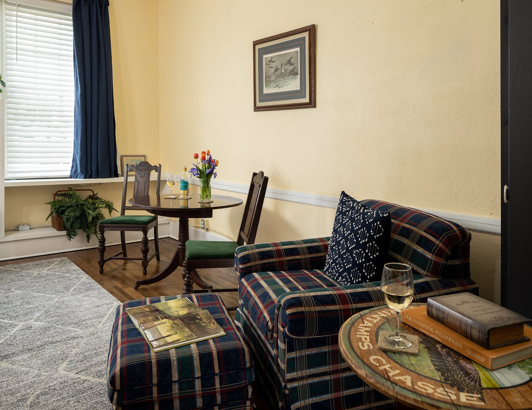 Flyways room sitting area - romantic lodging in West Tennessee