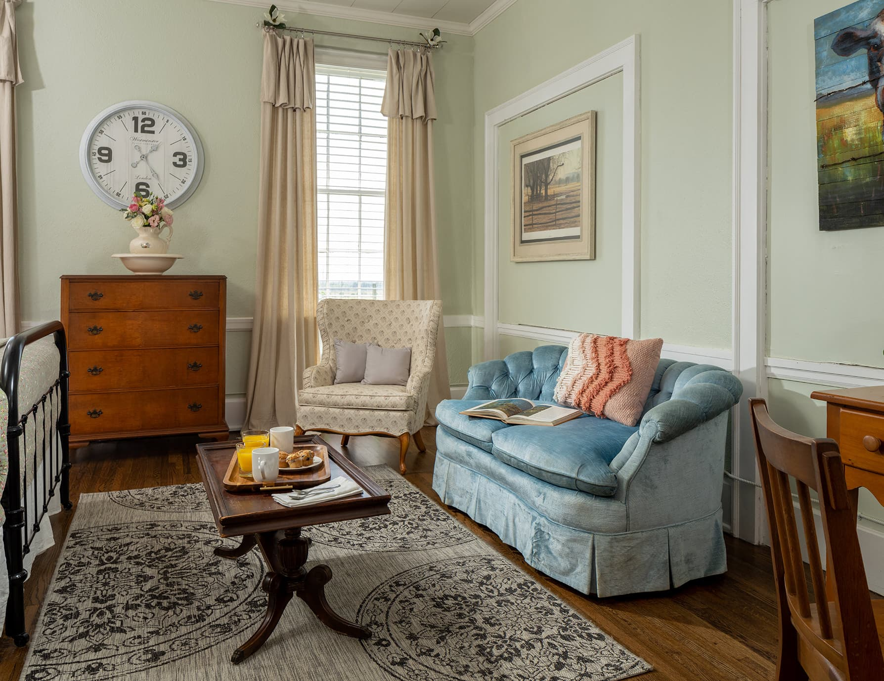 Suite Magnolia sitting area - getaway near Memphis